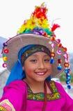 Quito, Ecuador, Dezember, 12 2018: Ansicht im Freien des schönen Mädchens die typische Folklorekleidung tragend benutzt für Leist stockbild