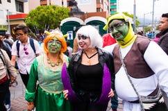 Quito, Ecuador - 31. Dezember 2016: Eine nicht identifizierte Gruppe von Personen dreessed mit dem differents Gewohnheitsfeiern n Stockbilder