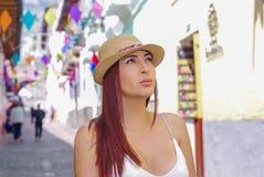 Quito, Ecuador, Dezember, 12 2018: Schöne junge Frau in der historischen Mitte der alten Stadt Quito in Nord-Ecuador herein stockbilder