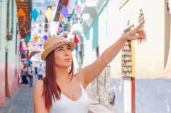 Quito, Ecuador, Dezember, 12 2018: Schöne junge Frau in der historischen Mitte der alten Stadt Quito in Nord-Ecuador herein lizenzfreie stockbilder