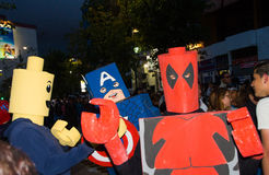 Quito, Ecuador - 31 dicembre 2016: Un gruppo di persone non identificato dreessed come il deadpool, capitano America ed uomo di l Fotografia Stock Libera da Diritti