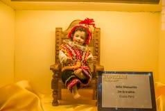 QUITO, ECUADOR, EL 31 DE ENERO DE 2018: Ciérrese para arriba de una figura de la arcilla del bebé Manuelito de la espina de Cuzco foto de archivo