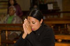 QUITO ECUADOR, FEBRUARI 22, 2018: Inomhus sikt av oidentifierat folk som ber inom av den laCatedral kyrkan i Quito` s royaltyfria foton