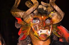 Quito Ecuador - februari 02, 2016: Slut upp av en oidentifierad manuppklädd som jäkel Arkivfoto