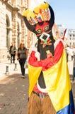 QUITO, ECUADOR - 11 GENNAIO 2018: Chiuda su dell'uomo non identificato che indossa una maschera del diavolo e che cammina nelle v Fotografia Stock Libera da Diritti
