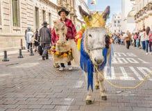 Quito, Ecuador - 11 gennaio 2018: Punto di vista all'aperto della gente non identificata che indossa i vestiti variopinti e un as Immagine Stock Libera da Diritti