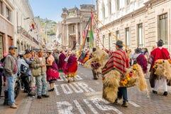 Quito, Ecuador - 11 gennaio 2018: Punto di vista all'aperto della gente non identificata che porta i bei vestiti e cappelli di pa Fotografie Stock Libere da Diritti