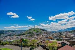 QUITO, ECUADOR, IL 2 FEBBRAIO 2018: Alta vista della città di Quito e di alcune costruzioni, con la collina di Panecillo nella ci Fotografie Stock