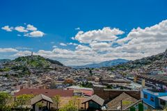 QUITO, ECUADOR, IL 2 FEBBRAIO 2018: Alta vista della città di Quito e di alcune costruzioni, con la collina di Panecillo nella ci Immagini Stock