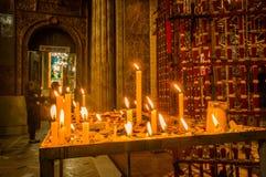 QUITO, ECUADOR, IL 22 FEBBRAIO 2018: Chiuda su delle candele sopra una struttura metallica dentro di Santo Domingo Church a Quito Fotografia Stock