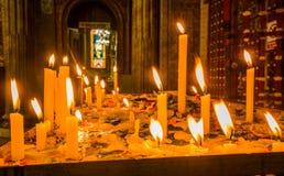 QUITO, ECUADOR, IL 22 FEBBRAIO 2018: Chiuda su delle candele sopra una struttura metallica dentro di Santo Domingo Church a Quito Immagini Stock