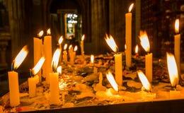 QUITO, ECUADOR, IL 22 FEBBRAIO 2018: Chiuda su delle candele sopra una struttura metallica dentro di Santo Domingo Church a Quito Fotografie Stock Libere da Diritti