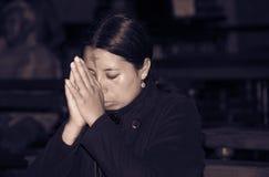 QUITO, ECUADOR, IL 22 FEBBRAIO 2018: Punto di vista dell'interno della gente non identificata che prega dentro della chiesa di Ca fotografia stock