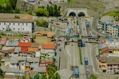 QUITO, ECUADOR, IL 2 FEBBRAIO 2018: Vista all'aperto di alta vista della città di Quito e di alcune costruzioni, con San Juan Fotografie Stock Libere da Diritti