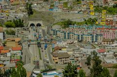 QUITO, ECUADOR, IL 2 FEBBRAIO 2018: Vista all'aperto di alta vista della città di Quito e di alcune costruzioni, con San Juan Fotografia Stock Libera da Diritti