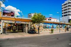 QUITO, ECUADOR, IL 2 GENNAIO 2018: Vista all'aperto del primo mercato dei handycrafts situato fra reina Victoria e Jorge fotografia stock