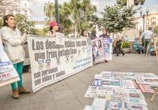 QUITO, ECUADOR, AM 11. JANUAR 2018: Nicht identifizierte Leute, die enorme Fahnen halten während eines Protestes in der Piazza gr Lizenzfreie Stockfotos