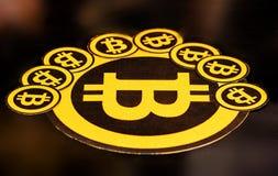 Quito, Ecuador - Januari 31, 2018: Binnenmening van Gouden Bitcoin-embleem met kleine bitcoinsemblemen rond grote  Stock Fotografie