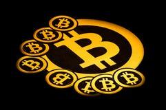 Quito, Ecuador - Januari 31, 2018: Binnenmening van Gouden Bitcoin-embleem met kleine bitcoinsemblemen rond grote  Stock Afbeelding