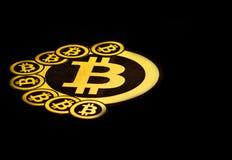 Quito, Ecuador - Januari 31, 2018: Binnenmening van Gouden Bitcoin-embleem met kleine bitcoinsemblemen rond grote  Royalty-vrije Stock Foto