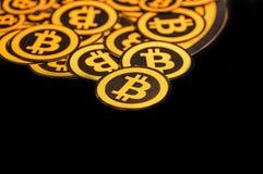 Quito, Ecuador - Januari 31, 2018: Binnenmening van selectieve nadruk van Gouden Bitcoin-embleem met kleine bitcoinsemblemen Royalty-vrije Stock Afbeelding