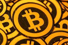 Quito, Ecuador - Januari 31, 2018: Binnenmening van selectieve nadruk van Gouden Bitcoin-embleem met kleine bitcoinsemblemen Stock Foto's