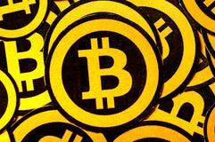 Quito, Ecuador - Januari 31, 2018: Binnenmening van selectieve nadruk van Gouden Bitcoin-embleem met kleine bitcoinsemblemen Royalty-vrije Stock Foto