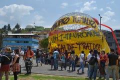 QUITO ECUADOR - JANUARI 28, 2016: Ett oidentifierat folk i quito Ecuador, marschpersoner som protesterar i en anti-bullfightting  Royaltyfri Foto
