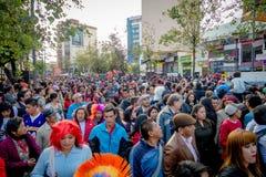 Quito, Ecuador - Januari 26, 2015: Grote menigte die nieuwe jaren vieren tijdens dag die zich in stadsstraten verzamelen Stock Foto