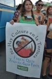QUITO, ECUADOR - JANUARI 28, 2016: Niet geïdentificeerde mensen in quito Ecuador, maart-protesteerders in het anti binnen bullfig Royalty-vrije Stock Foto's