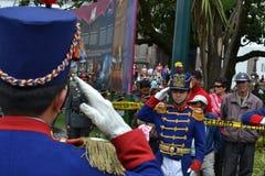 QUITO, ECUADOR - JANUARI 28, 2016: Niet geïdentificeerde wachten tijdens de verandering van draai van het Presidentiële Paleis in Stock Foto's