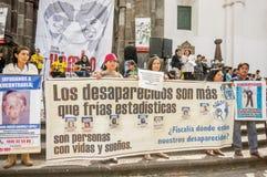 QUITO ECUADOR, JANUARI 11, 2018: Oidentifierat folk rymma enorma baner under en protest i plazaen som är stor i Arkivbild