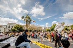 QUITO ECUADOR, JANUARI 11, 2018: Oidentifierat folk under en protest i plazaen som är stor i staden av Quito Arkivfoton
