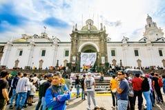 QUITO ECUADOR, JANUARI 11, 2018: Oidentifierat folk under en protest i plazaen som är stor i staden av Quito Arkivbild