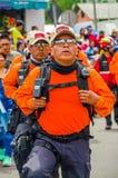Quito, Ecuador - Januari 31, 2018: Openluchtmening van niet geïdentificeerde mensen die een volledige reeks van bescherming drage Royalty-vrije Stock Foto