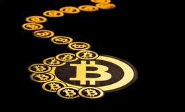 Quito, Ecuador - Januari 31, 2018: Sluit omhoog van Gouden Bitcoin-embleem _met klein bitcoins embleem rond de groot en Royalty-vrije Stock Fotografie