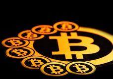 Quito, Ecuador - Januari 31, 2018: Sluit omhoog van Gouden Bitcoin-embleem met kleine bitcoinsemblemen rond grote  Stock Afbeelding