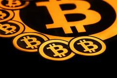 Quito, Ecuador - Januari 31, 2018: Sluit omhoog van Gouden Bitcoin-embleem met kleine bitcoinsemblemen rond grote  Stock Afbeeldingen