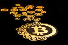 Quito, Ecuador - Januari 31, 2018: Sluit omhoog van Gouden Bitcoin-embleem met kleine bitcoinsemblemen rond grote  Stock Fotografie