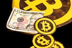 Quito, Ecuador - Januari 31, 2018: _sluiten omhoog van veel bitcoin embleem, met klein bitcoins embleem op een rij van de groot e Royalty-vrije Stock Afbeelding