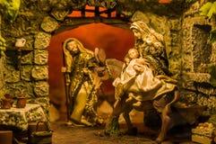 QUITO ECUADOR, JANUARI 31, 2018: Stäng sig upp av en krubbaplats med lerastatyetter inklusive Jesus, Mary, Josepha och Royaltyfri Foto