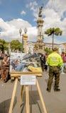 QUITO ECUADOR, JANUARI 11, 2018: Stäng sig upp av fotografier över en trästruktur på det fria i plazaen som är stor med Royaltyfri Foto