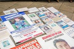 QUITO ECUADOR, JANUARI 11, 2018: Stäng sig upp av tidningen med en detaljerad information av belöning och information av felande Royaltyfria Foton