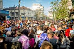 Quito Ecuador - Januari 26, 2015: Stor folkmassa som firar nya år under dagsammankomst i stadsgator Arkivbild