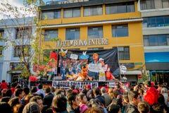 Quito Ecuador - Januari 26, 2015: Stor folkmassa som firar nya år under dagsammankomst i stadsgator Arkivfoton