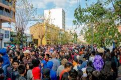 Quito Ecuador - Januari 26, 2015: Stor folkmassa som firar nya år under dagsammankomst i stadsgator Royaltyfri Foto