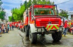 Quito Ecuador - Januari 31, 2018: Utomhus- sikt av en härlig Mercedes Benz brandlastbil som circuling i streetssna under Fotografering för Bildbyråer