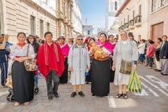 Quito Ecuador - Januari 11, 2018: Utomhus- sikt av oidentifierat folk som bär infödd kläder och några cloistress Arkivfoton
