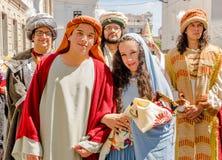 Quito Ecuador - Januari 11, 2018: Utomhus- sikt av oidentifierat folk som föreställer Jose och jungfruliga Mary, bära för par Royaltyfri Fotografi