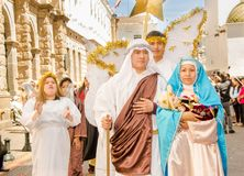 Quito Ecuador - Januari 11, 2018: Utomhus- sikt av oidentifierat folk som föreställer Jose och jungfruliga Mary, bära för par Royaltyfria Bilder